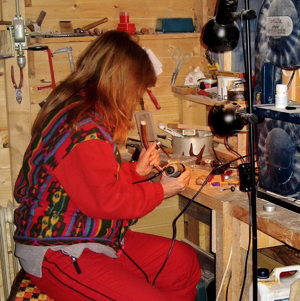 Eine Frau betätigt sich in einer kleinen Werkstatt