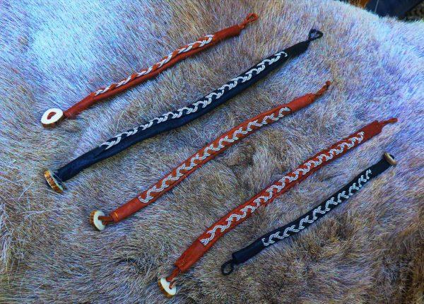 Sámi-Armbänder auf einem Fell ausgebreitet