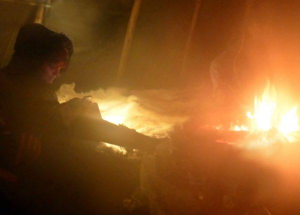Am Lagerfeuer zusammensitzen