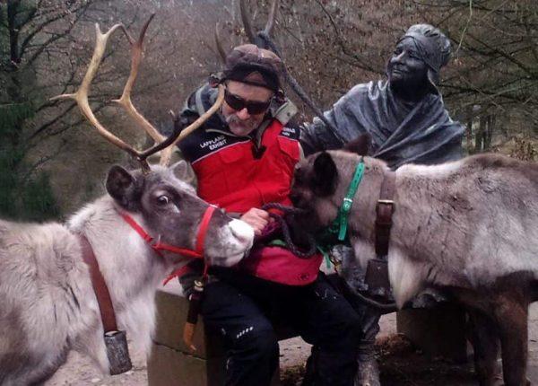 Rentiere besuchen Statue einer Lapplandfrau